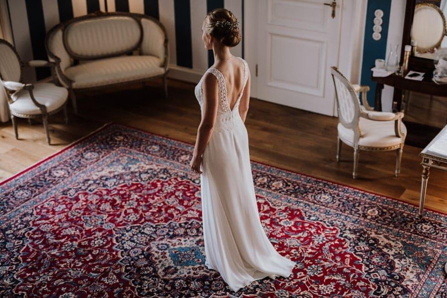 Braut im Brautkleid beim getting ready im Schloss Hertefeld