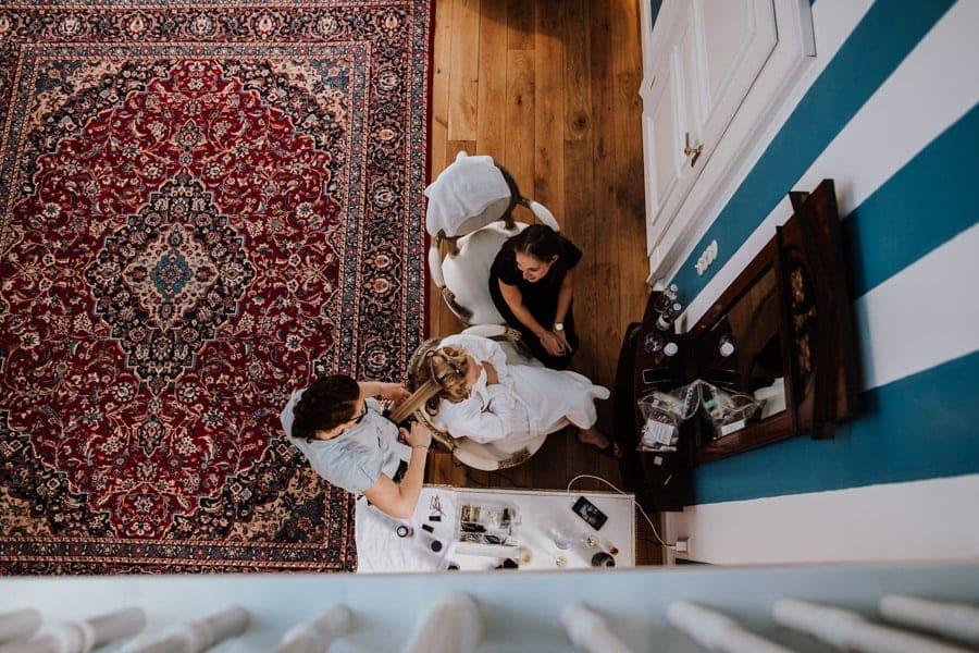 Vogelperspektive Braut beim getting ready