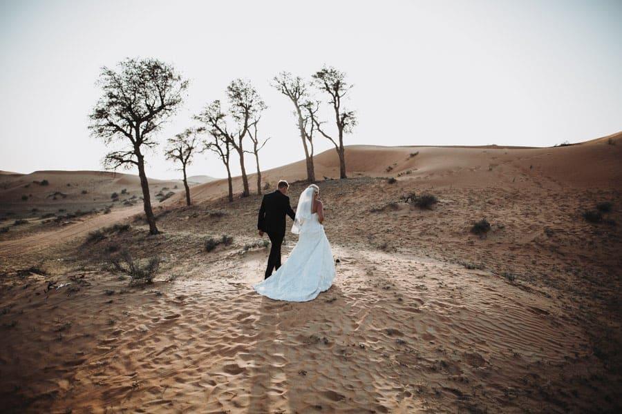 Fotoshooting Wuestenhochzeit Brautpaar in Wueste