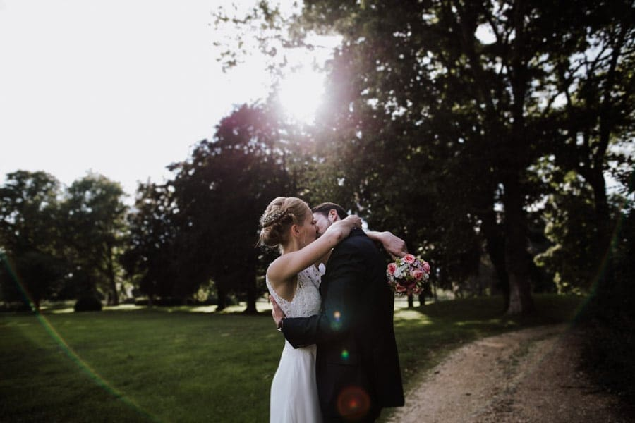 Brautpaarfotoshooting Hochzeitsfotograf Koeln knutschendes Paar