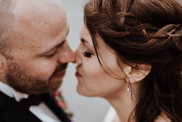 Brautpaar kurz vor Kuss Mediapark Köln