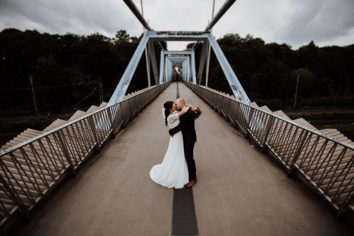 Kuss auf Brücke im Mediapark Köln