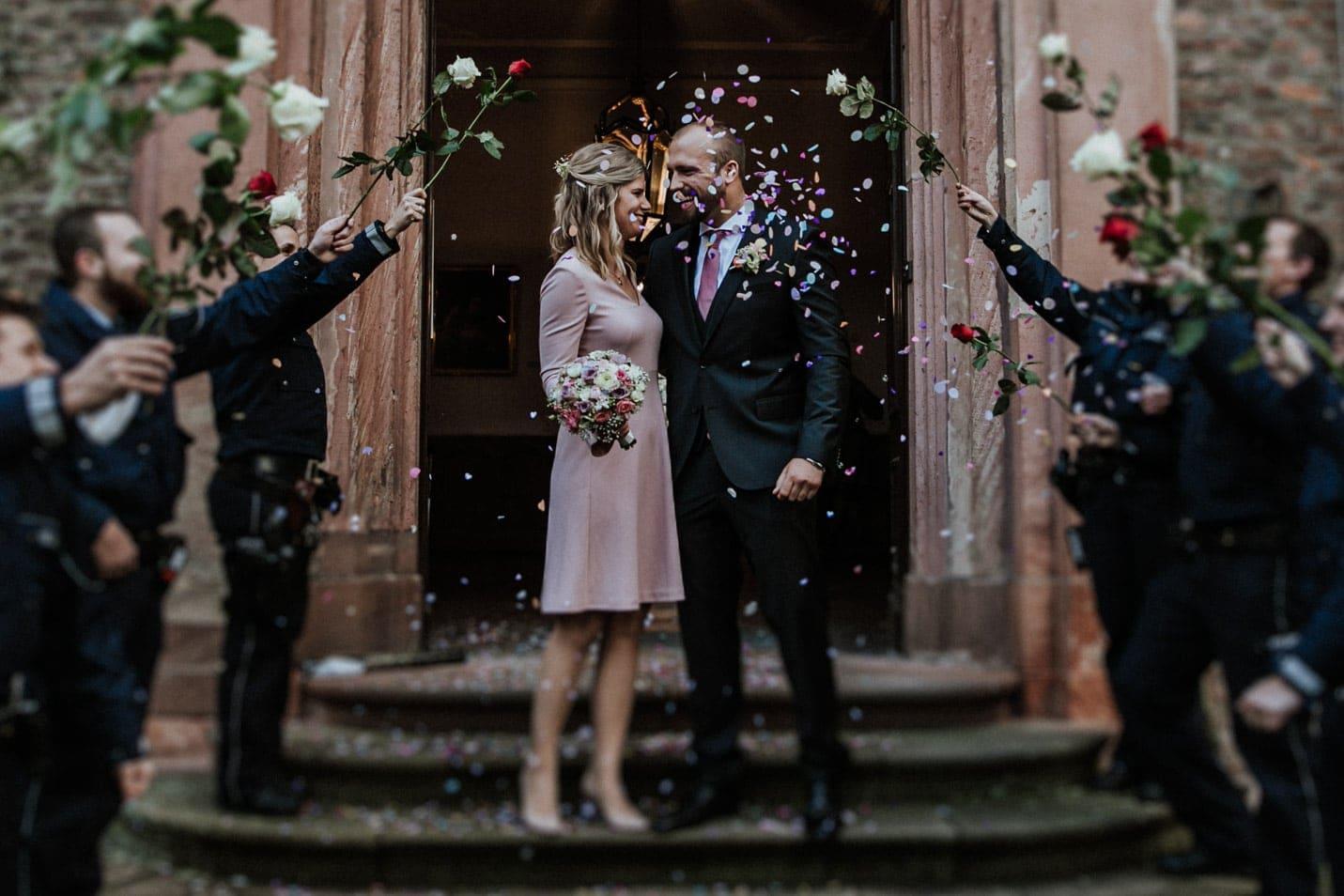 Schloss Wahn Hochzeit Brautpaar Konfetti