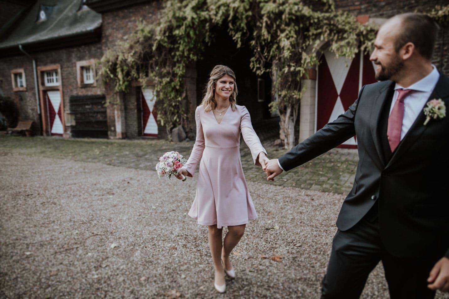 verliebtes Brautpaar im Innenhof von Schloss Wahn