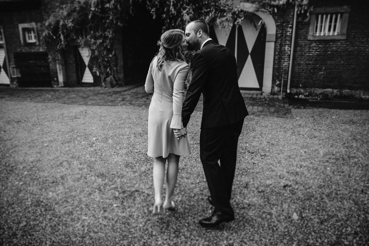 Brautpaar Hand in Hand im Innenhof von Schloss Wahn Köln