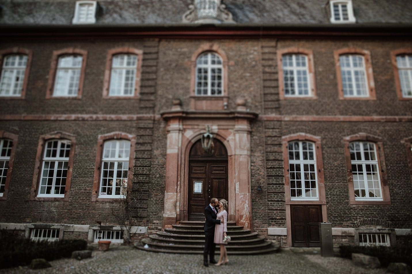 Brautpaar küsst sich vor Schloss Wahn köln