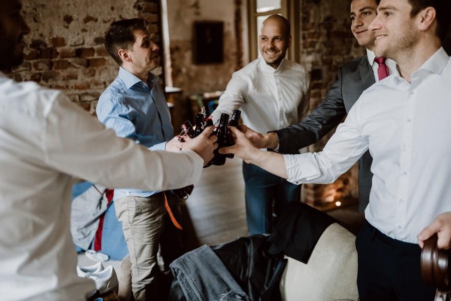 Bräutigam stößt an Hochzeitsfotograf Sven Hebbinghaus Rittergut Orr